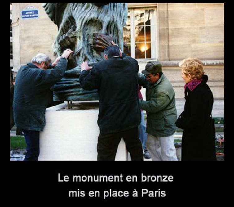 Le monument en bronze est mis en place à Paris